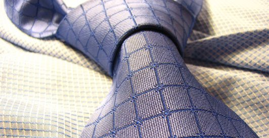 Blau gemusterte Krawatte mit Knoten
